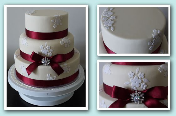wedding_cake_ivory_white_flowers_red_ribbon_brooch.jpe