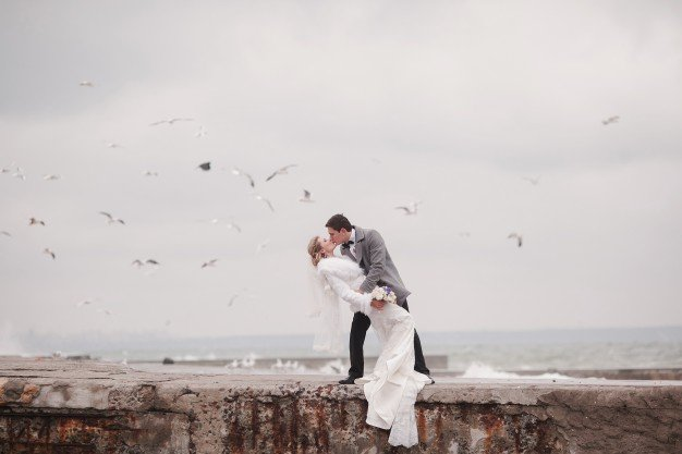newlyweds-couple-kissing-in-the-sea_1157-106.jpe