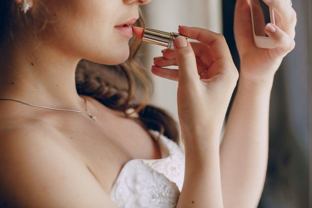 beautiful-bride-painting-her-lips_1157-811.jpe