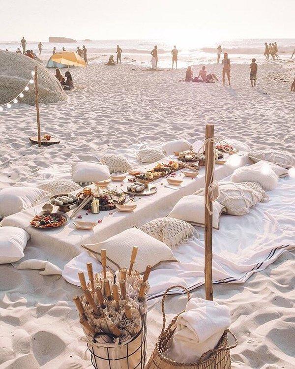 blog-deco-table-sol-pieds-dans-sable-style-bohemien-drap-coussin-beige.jpg